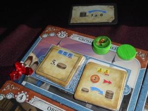 Allez, cette fois, j'investis d'abord dans les deux autres tuiles de mosquée, Tristan s'étant jeté rapidement sur les deux autres. En jouant la carte de bonus du haut, je peux rester présent sur la case, ce qui me permet d'acheter les deux tuiles en deux tours. Efficace...