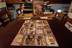 Le jeu est installé, dans sa configuration la plus basique, pour deux joueurs. Ainsi, il y a 3 pions marchands neutres qui rôdent, juste pour nous faire payer 2 Lires en cas de rencontre avec les nôtres !