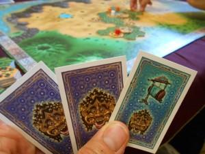 Chacun démarre avec 3 cartes de fête. Voici les miennes et, franchement, ce n'est pas trop la fête !