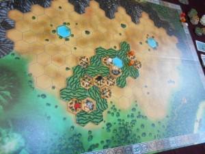 Fin du premier tour de jeu, avec un paysage hyper concentré et, surtout, une expansion qui va super vite ! Je ne me souvenais pas qu'en un tour de jeu autant d'éléments étaient placés...