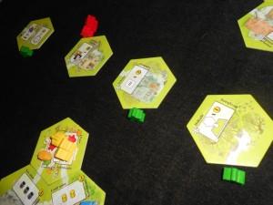 Finalement, les enchères donnent ceci : j'ai laissé tomber la tuile hiver de Tristan, préférant m'assurer les 3 autres :-) et comme Tristan ne pouvait pas avoir de meeples verts (j'ai joué du jaune sur la dite-tuile), je ne risquais rien !
