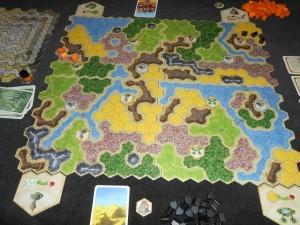 Voici donc à quoi ressemble le plateau après le premier tour de jeu. Tristan joue les éléments orange et moi les noirs.