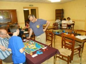 Au premier plan, notre table de Mexica, au fond celle de Tikal et, sur la gauche, une table de joueurs de tarot. Multijeux cette soirée ludique...