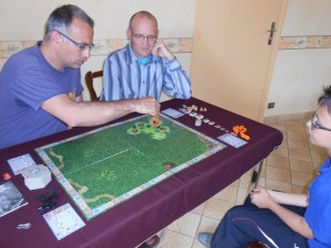 """Yohel joue les composants rouges, Franck les naturels, Tristan les orange et moi-même les noirs. Nous nous lançons dans une partie """"classique"""", sans les enchères, avec votre serviteur en premier joueur. Il est 15h30 et on va se régaler..."""