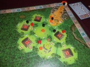 Fin du premier tour de jeu, après la pose de 4 tuiles hexagonales et la présence de nombreux explorateurs à l'entrée de cette jungle de Tikal...
