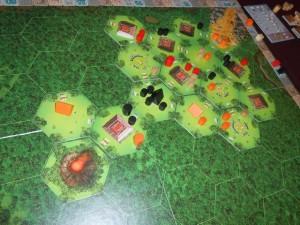 Fin du troisième tour de jeu, lors duquel nous avons décompté les positions de chacun suite à la pioche de la première tuile volcan. Les positions sont clairement serrées au score...