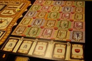 Le plateau de Bruxelles a été mis en place et les cartes de bonus en bas installées. En tant que premier joueur, Tristan a aussi positionné l'équerre en rendant disponible la zone la plus grande parmi celles proposées à partir de l'intersection (2;2)...