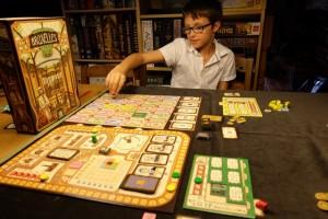 Tristan joue bien, il réapprend assez rapidement les imbrications de gains de PV. A noter qu'il prendra d'ailleurs pas mal d'avance au score, en raison d'immeubles construits rapidement et sans aucun cube blanc...