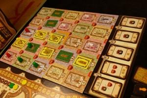 Fin du quatrième tour de jeu, avec encore deux cartes bonus pour moi, lesquelles me permettront de beaucoup scorer en fin de partie puisque, souvent, je les place sous mon plateau individuel...
