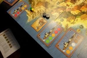Petite vue des bateaux qui arrivent au port en quête de chargements... Sinon, Tristan joue les éléments jaunes et moi les verts, évidemment :-)