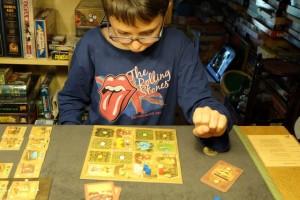 Bien, le deuxième tour démarre et Tristan commence à mieux percevoir où aller, où jouer, que faire...