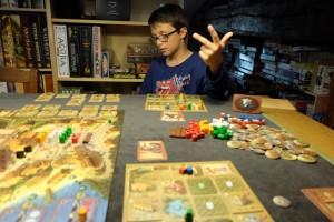 Au cœur du dernier tour, Tristan essaie de déterminer les cartes que j'ai jouées histoire de voir ce que je peux encore faire. Oui, c'est un jeu de timing ;-)