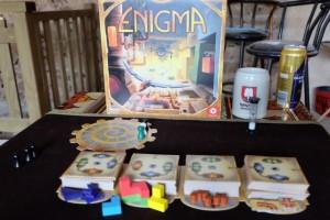 Ce jeu, dans la lignée d'un Ubongo par exemple, propose de revisiter 4 grands classiques des jeux d'assemblage (tangram, blocs, pesée et tuyaux) en les entourant d'un système global de comptage de points. Bien vu...