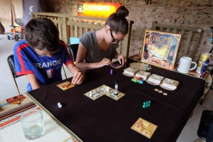 Le marqueur de premier joueur transite au joueur suivant et on recommence. Le jeu tourne très bien et se révèle très difficile pour Maitena et moi sur les deux ou trois premiers tours...