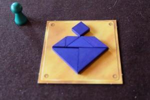 Ouf ! Je réussis in-extremis à finaliser mon puzzle de type tangram. Il faut dire que les pièces ont un léger écart de taille par rapport au tracé de la tuile, ce qui ne rend pas la superposition si facile. Et, en plus, les pièces sont quand même bien petites...