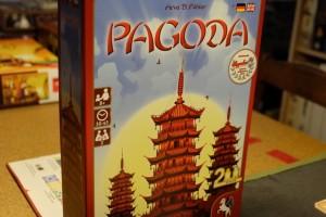 Pagoda est un jeu pour deux joueurs, dans lequel chacun va essayer de marquer un maximum de points en participant au mieux à la construction de pagodes communes.