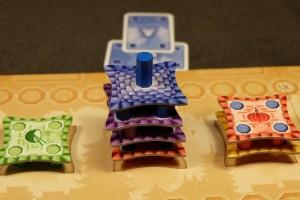Alors, petite explication concernant la pose du toit bleu ci-dessus. D'abord, il joue une carte bleue pour mettre la tuile à l'envers (score : 1PV). Puis, il joue une seconde carte bleue pour placer deux colonnes bleues l'une sur l'autre, signifiant le toit (score : 5PV). Et puis c'est tout...