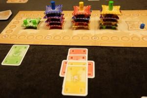 Deux colonnes rouges + un tuile rouge + 1 toit jaune : hop, je termine la partie mais Tristan va pouvoir rejouer une fois. Il ne peut pas ne pas gagner...