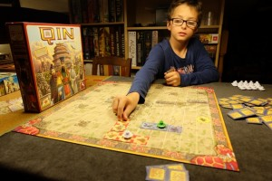 Tristan continue de placer des tuiles rouges à partir de son royaume initial pour se rapprocher d'un village...
