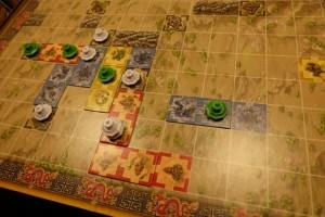 Un peu plus tard, alors que Tristan a pris un peu d'avance (deux pagodes). Je rappelle que le but du jeu, simplissime, est d'être le premier à toutes les poser...
