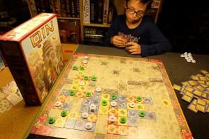 La partie se poursuit, super rapidement, et la situation s'équilibre :  nous avons placé 13 pagodes chacun...