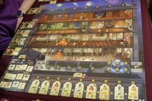 Petite vue du plateau, une fois la mise en place effectuée, dans une configuration 4 joueurs : Françoise jouera les éléments rouges, Fabrice les bleus, Odile les jaunes et moi-même les verts. Il est déjà fort tard et, une fois la règle anglaise relue, l'horaire a déjà bien avancé et la partie promet à la fois de durer et de faire mal à la tête...