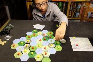 Les derniers tours ne nous offrent que 4 hexagones à compléter, par le jeu des proximités précédentes avec les n° de lacs antérieurs. Ca va donc très vite et je me surprends à laisser un peu Tristan faire... Trop peut-être...