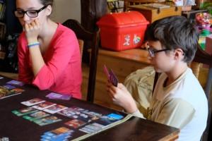 Les cartes de l'âge 3 sont clairement délicates à choisir, tant on hésite entre des bâtiments bleus construits gratuitement, des cartes vertes pour terminer au moins une série, des cartes violettes de guildes pour scorer, ... et j'en passe !