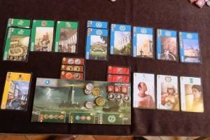 Et enfin ma zone de jeu, avec beaucoup de points en lien avec les bâtiments bleus surtout. Ce que j'ignorais, au dernier tour, c'est que j'allais être aussi près au score que Maitena : je n'aurais certainement pas payé une ressource à l'un et une ressource à l'autre... Arghhh :-(