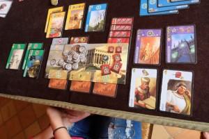 """La zone de Maitena, avec un surblindage de cartes rouges ! Mais, finalement, elle n'a pas réussi tant que ça à """"bien"""" jouer ses cartes des âges 2 et 3 puisqu'elle ne totalise qu'une série verte et qu'un seul bâtiment bleu. OK, l'autre carte violette lui rapporte un peu (7 PV) mais bon, je suis persuadé qu'elle pouvait faire mieux..."""