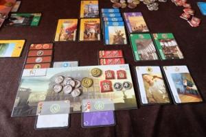 Et voici ma zone de jeu, riche en cartes jaunes (c'est fou ça !) et bien rentabilisée en cartes bleues (25 PV quand même). A noter que j'ai pris effectivement une carte violette concernant les merveilles, celle-ci me rapportant 8 PV... Bien content de cette partie moi :-)