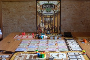 Nous ne pouvions pas ne pas jouer à Bruxelles 1893 alors que l'auteur était parmi nous ! Du coup, je le fais découvrir à Yann, Julie, Laurent et Vincent, 4 joueurs qui ne pouvaient pas repartir du gîte sans avoir joué à ce jeu formidable... Fabrice, de son côté, initie une autre table avec le même jeu au même moment. Ca, c'est fait...