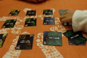 Oui, c'est un jeu frénétique, dans lequel on profite de l'absence de l'un des joueurs pour placer, au plus vite mais aussi le plus discrètement possible, ses cartes virus sur les comptes des autres joueurs ! Comme les cartes ont toutes le même dos, bien malin qui saura déterminer l'identité du virus...