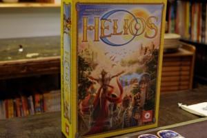 Jaune comme le soleil, la boîte de cet Helios est assez réussie, même si on est en peine de dire quel est le thème de ce jeu : médiéval fantastique ? futuriste ? uchronique ? Même après avoir lu la règle, le constat est similaire : on a du mal à s'immerger dans un thème...