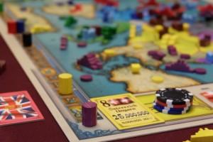 Et ce qui devait arriver arriva, avec un marqueur violet qui réalise une deuxième taxation en trois tours, histoire de clore la partie ! Le marqueur jaune, juste derrière, est, quand même, derrière... :-(