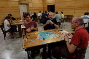 Nous jouons à 4 : Romain avec le bateau noir, Laurent avec le rouge, Franck avec le jaune et moi-même avec le blanc. Nous avons chacun une main de 4 cartes de laquelle nous choisissons une carte que nous jouons simultanément face cachée. Ensuite, nous la révélons, puis nous les jouons de la plus forte à la plus faible (valeur de 1 à 55).