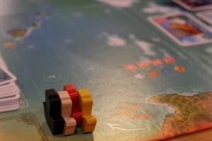 Sur la ligne de départ, tout est encore possible... Petite astuce amusante pour repérer si on ne se trompe pas en avançant : le n° de la case atteinte est égal au produit du nombre de cartes jouées par le nombre de couleurs. Par exemple, avec 4 cartes jouées pour un total de 3 couleurs, notre bateau se trouve sur la case 12... Pratique !