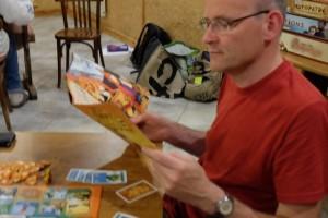 Ah, ça commence avec la règle... En effet, dans ce jeu, il y a de la carte à effets ! Ah, ça oui... A chaque fois qu'on pioche une carte de rencontre, toujours bénéfique, on est quasiment contraint d'aller jeter un oeil dans la règle. Normal, c'est notre première partie. Par contre, on comprendra très rapidement combien ces cartes sont d'une puissance hallucinante...