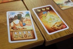 Franck est le premier à réussir à attraper une carte de compétence (celle montant sa main d'une unité). Puis, il joue une carte de rencontre (celle de gauche) pour retourner toutes ses cartes sur l'autre face et il la réapplique de suite ! Il passe ainsi sa main à 6 unités... Effarant...