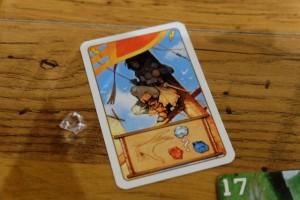 Autre illustration de la surpuissance des cartes : avec celle-ci j'ai pioché une gemme dans le butin d'un autre joueur. Mais comme ma cible, Franck, n'en avait qu'une, je la lui prends sans aucun hasard. Du coup, à moi sa jolie gemme blanche !!! Vous ne trouvez pas ça un peu fort quand même ?