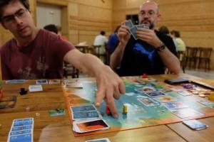 La partie est fun et plaisante, oui c'est sûr, mais cela ne contrebalance pas complètement nos sentiments partagés par 3 joueurs sur les 4 attablés : c'est quand même trop hasardeux, trop long et trop de cartes sont trop puissantes...