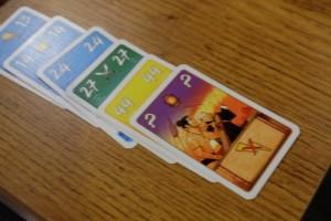 On s'est interrogé longtemps sur cette histoire de 7ème couleur puis nous comprenons d'un coup : il faut profiter d'une carte de rencontre pour y parvenir (violet) !