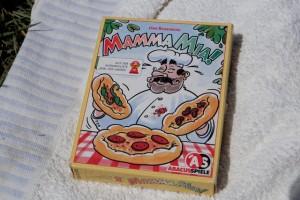 Les bons p'tits jeux sont immortels ! Le Mamma Mia ! de l'ami Rosenberg est de cette trempe. Je suis ravi de le faire jouer à mon fils en cette journée pas trop vilaine du 14 juillet...