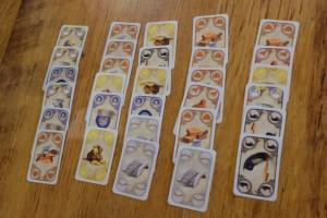 L'étalage initial de cartes, avec 5 lots de 6, dans lequel chacun des 4 joueurs attablés (Karine en blanc, Pierre en rouge, Laurent en jaune et moi-même en vert) va choisir le sien. Il en restera donc un. Ensuite, chacun tirera deux cartes de la pioche puis conservera 7 cartes en tout pour constituer sa main de départ (1ère manche sur 6)...