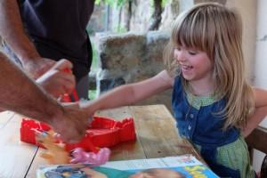 Petite exposition de photos de bonnes têtes de vainqueurs ! Ici, en guest star, ma fille Leila pour qui le jeu était destiné. Clairement. A noter la main gauche dans le dos, pour s'assurer qu'elle ne servira pas à ramasser les portions de fromage ou à tirer le plateau vers soi...