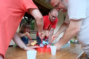 Pierre, François et même Etienne se bagarrent pour quelques morceaux de fromage...