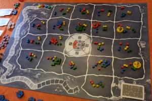 La mise en place du plateau a eu lieu : deux cubes de chaque couleur par case et chaque joueur a positionné ses deux amibes initiales sur deux cases différentes de la soupe primordiale. Au centre, la carte indique que sans mouvement voulu des amibes, celles-ci se laisseront dériver d'une case vers l'ouest...