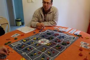 Oui, le plateau est bien chargé, oui, ça c'est clair ! Fabrice, Jean-Luc et Tristan se rendent également compte qu'on ne peut pas espérer tout maîtriser dans ce jeu, même si toutes les informations sont visibles...