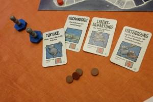 Les éléments de Fabrice une fois la partie terminée, avec notamment 4 cartes de gènes, dont une carte de Résistance qu'il aura finalement achetée trop tard...
