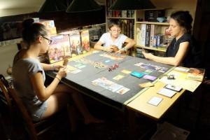 Tiens, Julie s'est assis avec nous ! C'est suffisamment rare ces temps-ci pour le souligner ;-) Nous jouons donc à 4 joueurs...